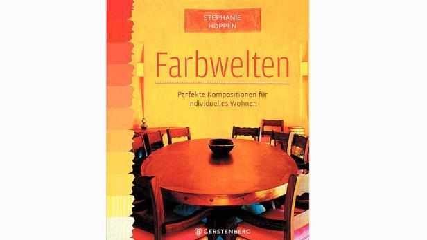 Der frische Fliederton bildet einen ausdrucksstarken Kontrast zum dunklen Holzboden und den weißen Retro-Stühlen.