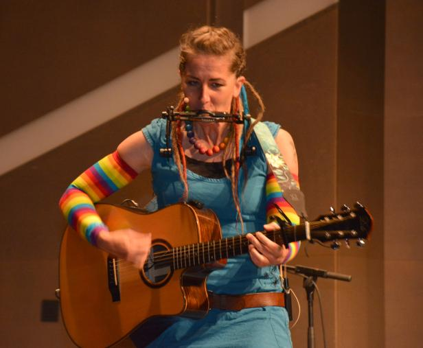 buehne-gitarre_mundharmonika1.jpg