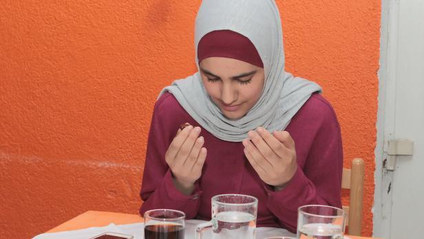Die 19-jährige Studentin Nesrin bittet Allah, das Fasten anzunehmen
