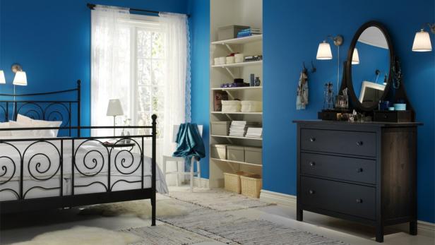 Fein gemusterte Tapeten oder besondere Texturen von Möbeln bringen Leben in den Raum.
