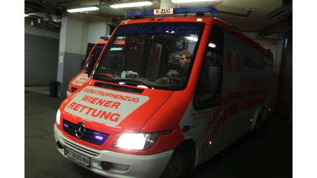 Herzstück: In der Leitstelle nehmen die Mitarbeiter Notrufe entgegen und schicken die Einsatzfahrzeuge aus. Die Großbildschirme zeigen auch die aktuelle Verkehrslage.