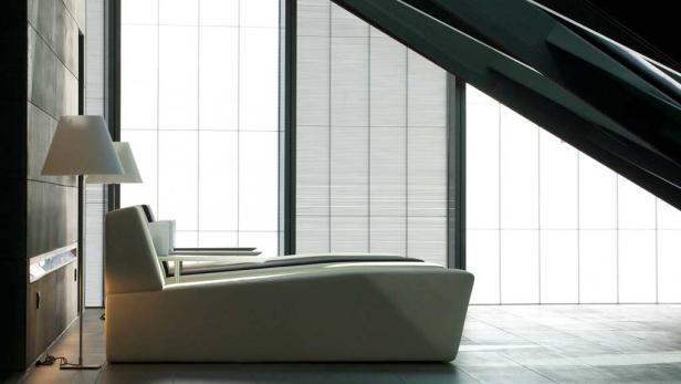 Ein graues Zimmer – selbstverständlich mit grauer Bettwäsche und grauem Schreibtisch.