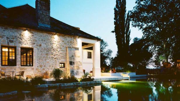 Historische Gebäudefassaden oder etwa Wasserstellen wie Pools oder Schwimmteiche können durch eine gezielte Beleuchtung akzentuiert werden.