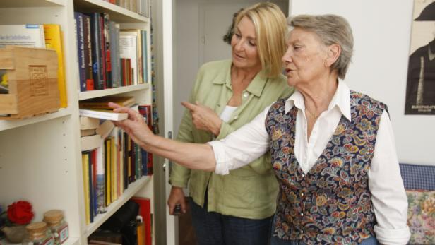 Arbeitszimmer: Auf dem Schreibtisch vor dem Fenster bereitet sich die 80-Jährige auf ihre Rollen vor.