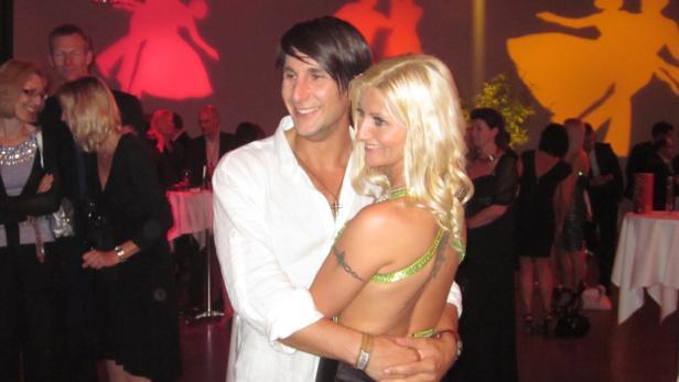 Klaus Eberhartinger 2007 bei seinem Siegestanz mit Partnerin Kelly Kainz.
