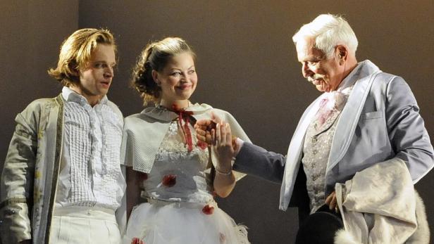 Spielen hinreißend: Julia Stemberger als Marschallin und Martin Schwab als Baron Ochs auf Lerchenau. Links: Claudius von Stolzmann als verkleideter Octavian.