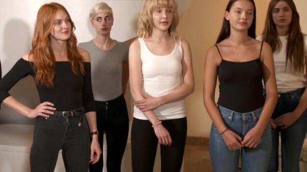 Geiles Mädchen Macht Eine Show Während Sie Wartet
