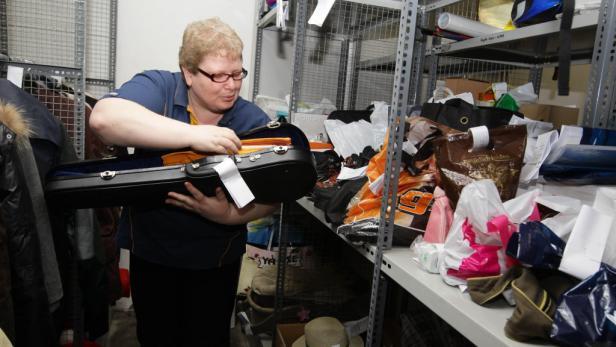 Spielzeug, Kleider und Gebisse. Die Lost-&-Found-Stellen der ÖBB bewahren alle verlorenen Gegenstände auf.