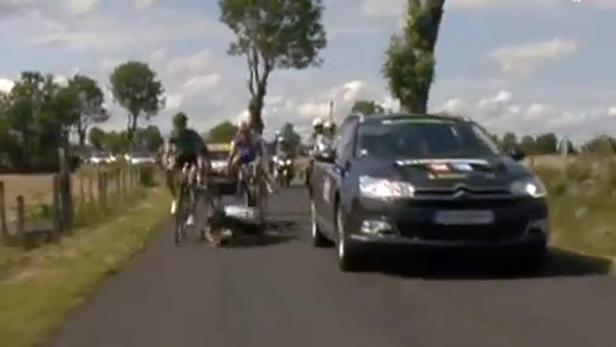 Ein Begleitwagen überholte die Spitzengruppe und fuhr Flecha und Hoogerland über den Haufen.