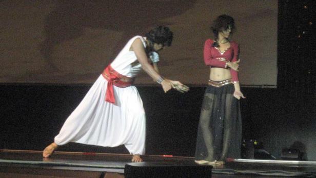 Der Tanz erzählt die Geschichte wie's zum Taj Mahal gekommen sein soll
