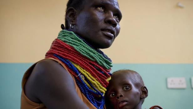 Kampf gegen den Sandsturm: Flüchtlinge aus Somalia erreichen ein Notlager im Norden von Kenia. Dort gibt es wenigstens das Nötigste zum Überleben. Viele Menschen sind am Ende ihrer Kräfte.