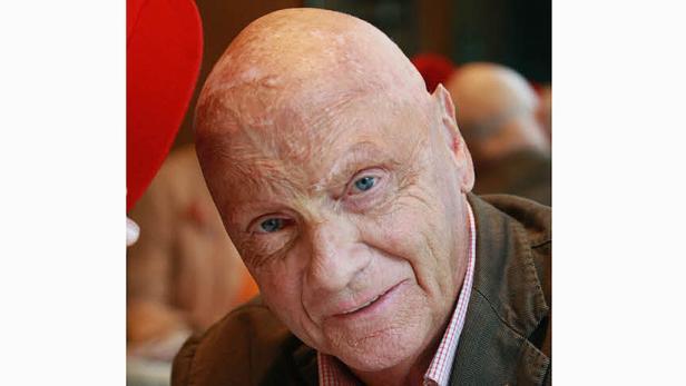 Nachdenklich: Niki Lauda hat seine ablehnende Haltung zur Taufe seiner Zwillinge überdacht. Ein Gespräch mit dem Priester der Peterskirche, Christian Spalek, hat ihn überzeugt