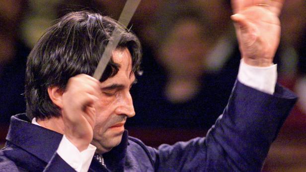 """Maestro Muti posiert ins Salzburg mit Darstellern von Verdis """"Macbeth"""" (Premiere am 3. August)."""