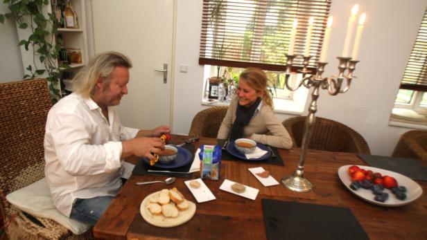 """""""Nie viel, sondern von allem ein bissl was"""", das mag der gebürtige Grazer vor allem beim Essen. In seiner Wiener Wohnung kredenzt er bei Kerzenlicht Backerbsensuppe, drei Pasteten, Obst, Käse und Kaffee."""