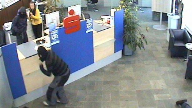 Beim Banküberfall sind fünf Personen - Angestellte und Kunden - verletzt worden. Aus der Überwachungskamera: Die Kunden mussten sich hinlegen.