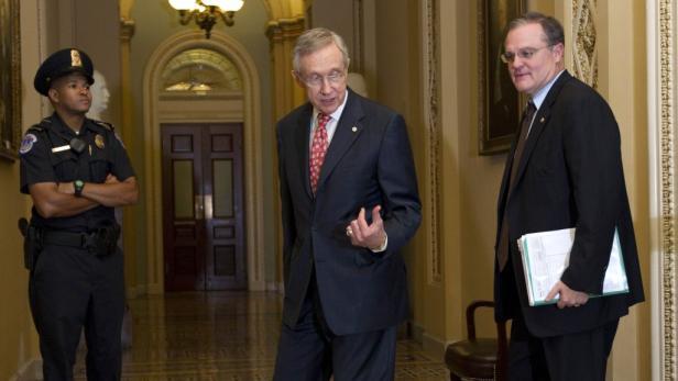 Bürger stehen Samstagabend vor dem Kapitol in Washington: Das Vertrauen in die US-Politiker leidet derzeit stark.