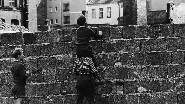 Spur der Steine: Nur mehr die Pflasterreihe markiert den Mauerverlauf
