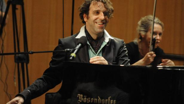 """Bescheidenheit ist anders: """"My name is Chilly Gonzales and I'm a motherfuckin' Megalomaniac."""""""