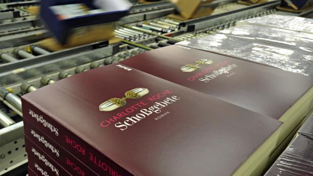 """Der Roman """"Schoßgebete"""" startet mit 500.000 Stück. Ab Mittwoch liegt er in den Buchhandlungen (17,50 Euro). Vom Vorgänger """"Feuchtgebiete"""" wurden 1,8 Millionen Stück verkauft."""