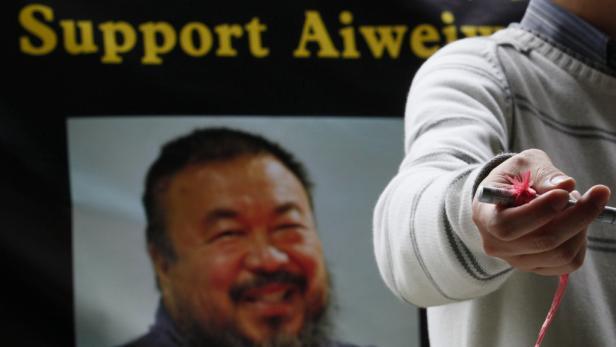 Ai Weiwei ist wieder frei - und äußert sich trotz Verbots wieder kritisch zum chinesischen Regime und den Haftbedingungen.
