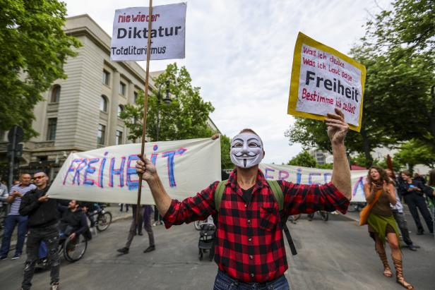 Anti-restrictions protests and counter demos in Berlin