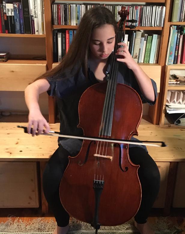 Mädchen spielt das Streichinstrument Cello