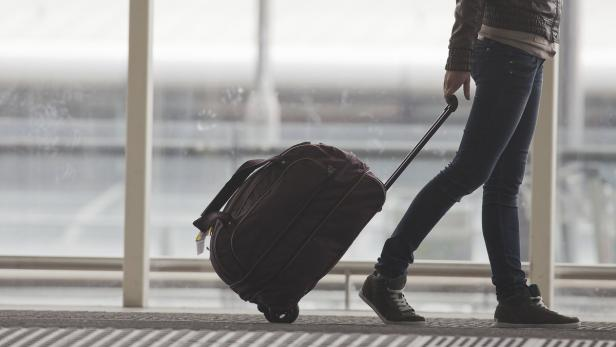 Bildnummer: 40198950  Woman carries your luggage…