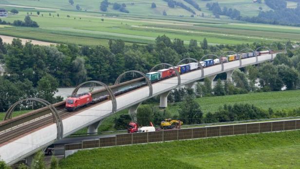 Züge der Rollenden Landstraße am Brenner.