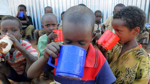 """""""Wir haben einfach nicht mehr genug zu essen"""", erzählt Talaso verzweifelt, während sie ihr unterernährtes Kind auf ihren Schoß nimmt. Hilfe naht: Auch der kleine Jillo wird bald von der Caritas nahrhaften Brei erhalten."""