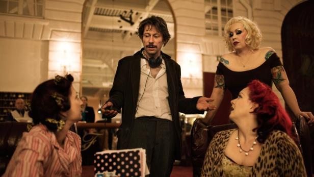 Er lässt nicht die Puppen, sondern ganz normale Frauen tanzen: In seinem neuen Film (bei dem er auch Regie führte, ab Freitag, 19.8., im Kino) begleitet Frankreichs Kinostar Mathieu Amalric eine Truppe von Burlesque-Tänzerinnen auf ihrer Tour durch die
