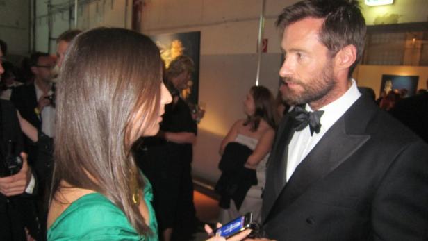 Der Hollywoodstar betrachtet sein eigenes Konterfei.