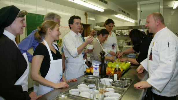 Die Kochgruppe mit Schwester Christiane Reichl (li.), Kurarzt Martin Spinka (Mi.) und Wintgen (re.).