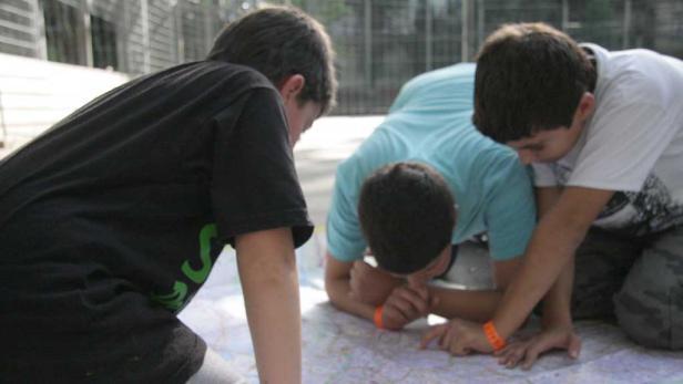 """Yilmaz und Ragip bei der Arbeit an einem """"lachenden Haus"""""""