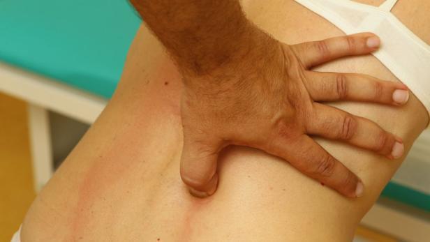 Drücken, schieben: Bei der FDM-Therapie werden verformte Gewebeteile in die richtige Position gebracht.