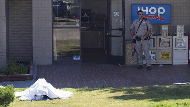 Polizei-Großaufgebot vor dem Restaurant, in dem der Mann um sich schoss.