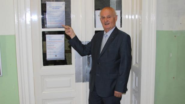 Der Döblinger Bezirksvorsteher Adi Tiller (ÖVP) vor der Impfaußenstelle in der Gatterburggasse