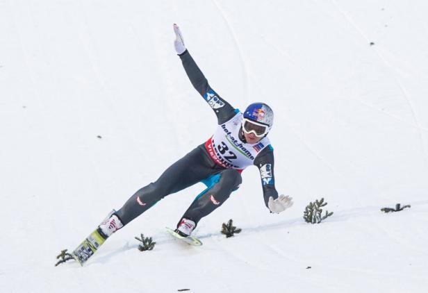 Gefallener Held: Thomas Morgenstern stürzte auf der Großschanze.