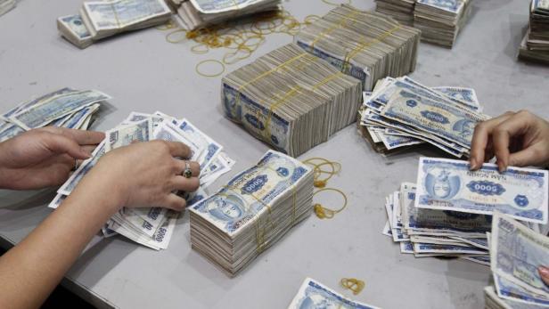 Geldstapel in einer Bank in Hanoi: Risikofreudige Vietnamesen