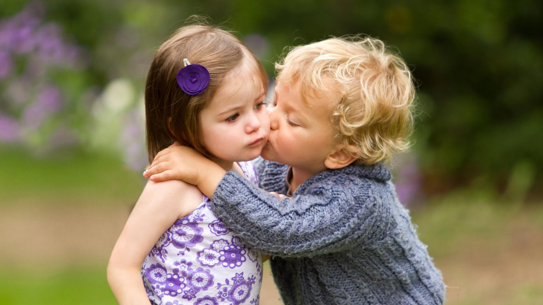 Wange an körpersprache wange umarmung Wange kuss