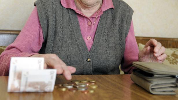 Pensionistin zählt Bargeld