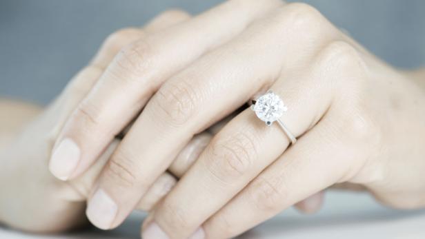 Frau Tragt Verlobungsring Um Manner Abzuschrecken Kurier At