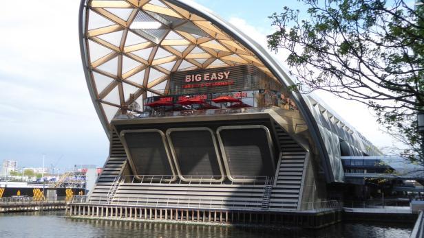 Eine 300 Meter lange Dachkonstruktion aus Holz von Wiehag bedeckt die Londoner Bahnstation Crossrail. Geplant wurde sie vom Stararchitekten Norman Foster