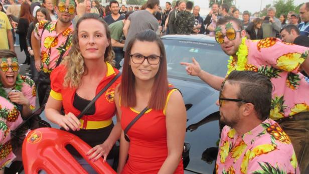 """Viele Fans kamen in den Outfits  der  Kult-Serien """"Knigt Rider"""" und """"Baywatch""""   zum Konzert"""
