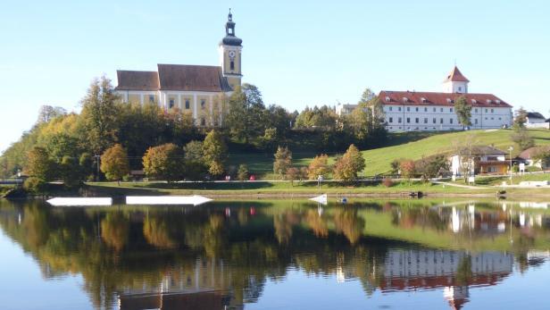 Die Stiftskirche mit den Resten des Augustiner Chorherrnstiftes am idyllischen Badesee
