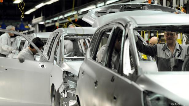 Die Autoindustrie war von Umstellungsproblemen wegen neuer Abgastests belastet.