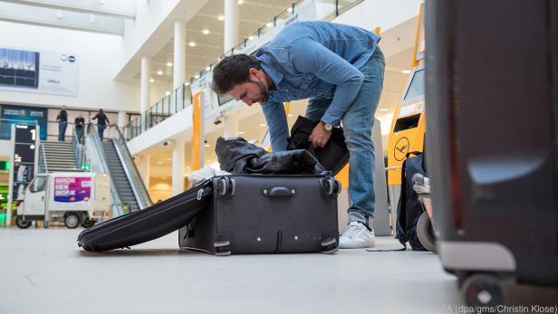 Am Flughafen Gepäck aufzugeben wird teuer und zwingt manche zum Umpacken