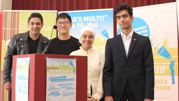 Vier Jugendliche aus der gastgebenden Schule sprachen an diesem Finaltag