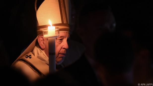 Papst Franziskus beim Einzug in den Petersdom mit Osterkerze