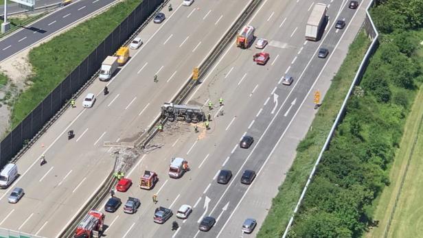 Stau Auf A2 Schwerer Lkw Unfall Mit Mehreren Verletzten Kurier At