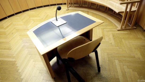 Der Platz der Angeklagten im Gerichtssaal